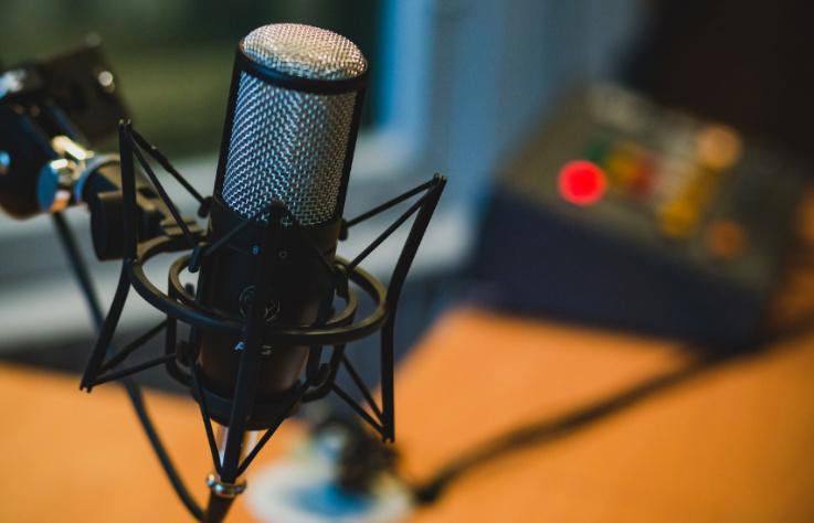通勤、看書、上班的最佳夥伴,這 4 個你一定要聽聽看的 Podcast 頻道