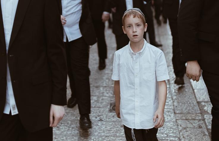 躲在閣樓、與生父母離別,二戰 6∼11% 的猶太兒童是這樣活下來的